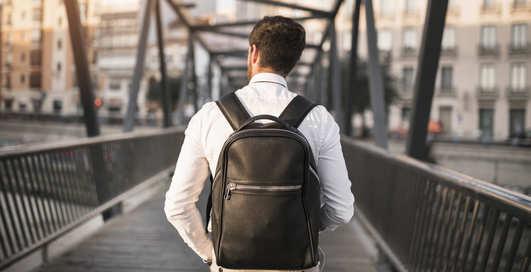 Под любой гардероб: как выбрать классический рюкзак