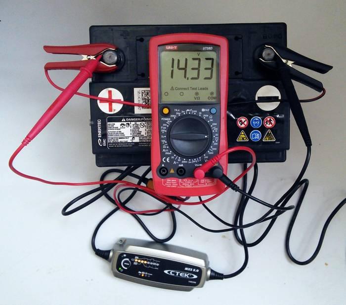 При зарядке постоянным напряжением установи значение в пределах 14 Вольт