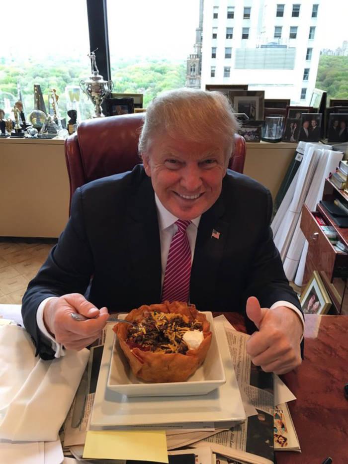 Трамп ест пасту на рабочем месте и нисколько не смущается