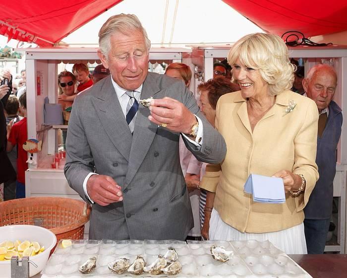Принц Чарльз нарушает запрет и ест устрицу