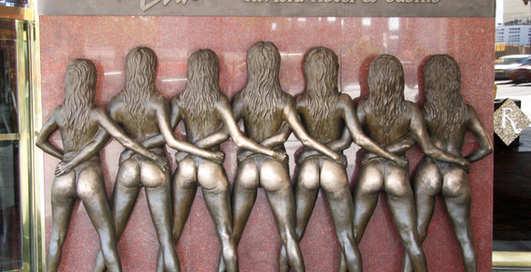День памятников: пять самых извращенных статуй