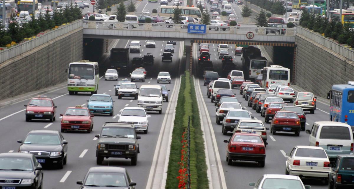 Китайцев обязали покупать машины