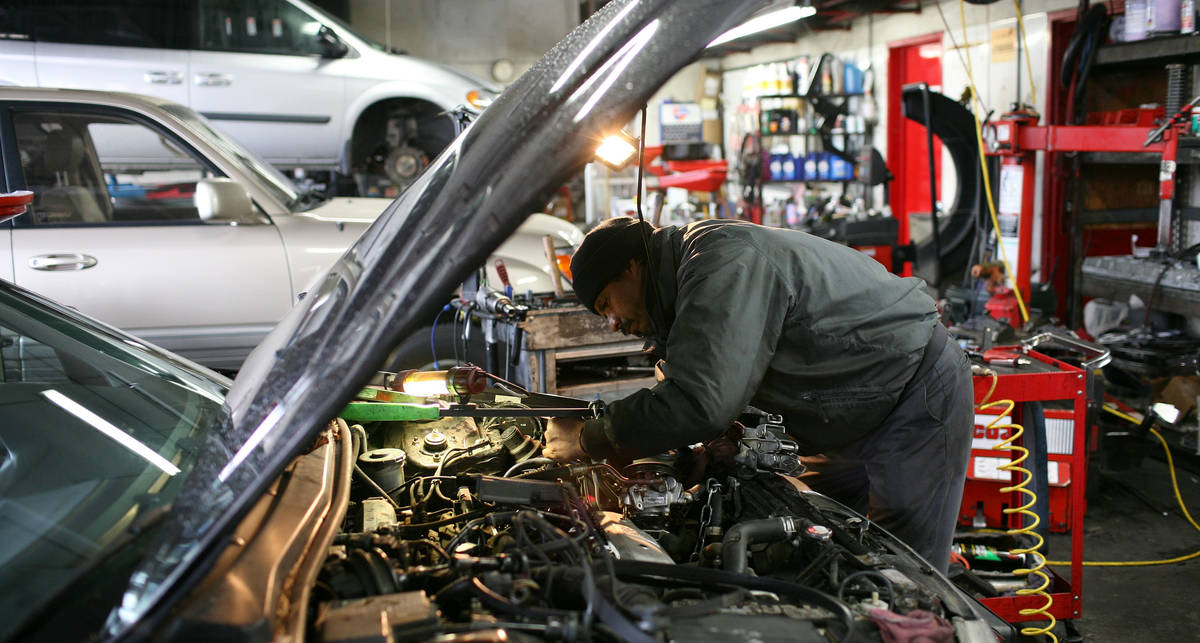 Ремонт машин остается мужским делом