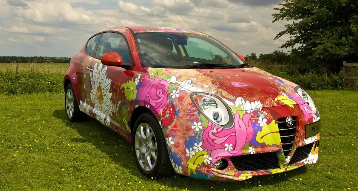 17-летняя красотка оказалась на капоте Alfa Romeo (фото)