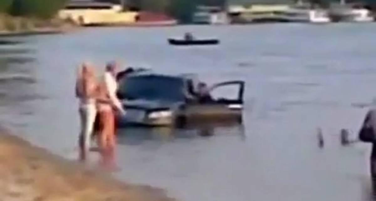 Суровые русские драйверы учат Infiniti плавать