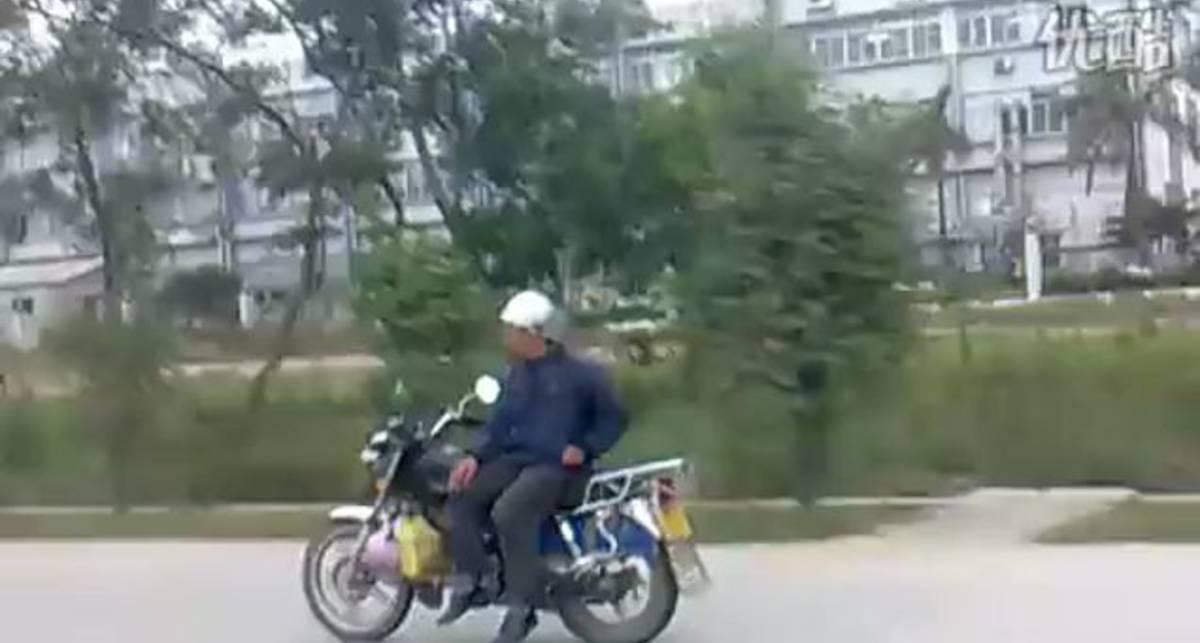 Суровый китайский мотоциклист
