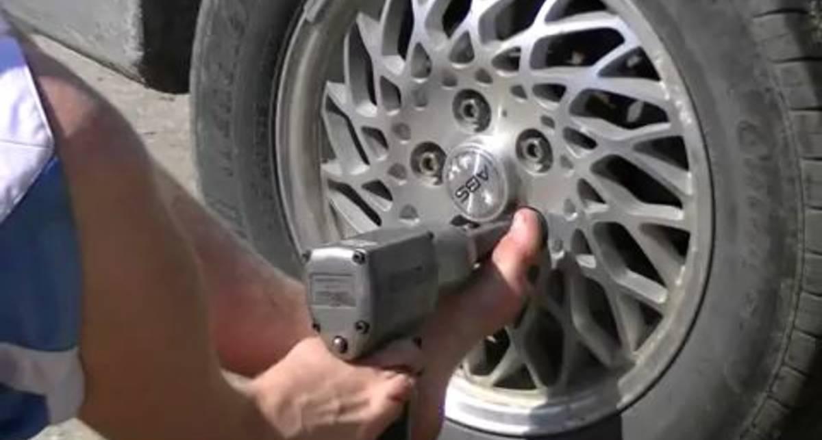 Безрукий американец ремонтирует машину