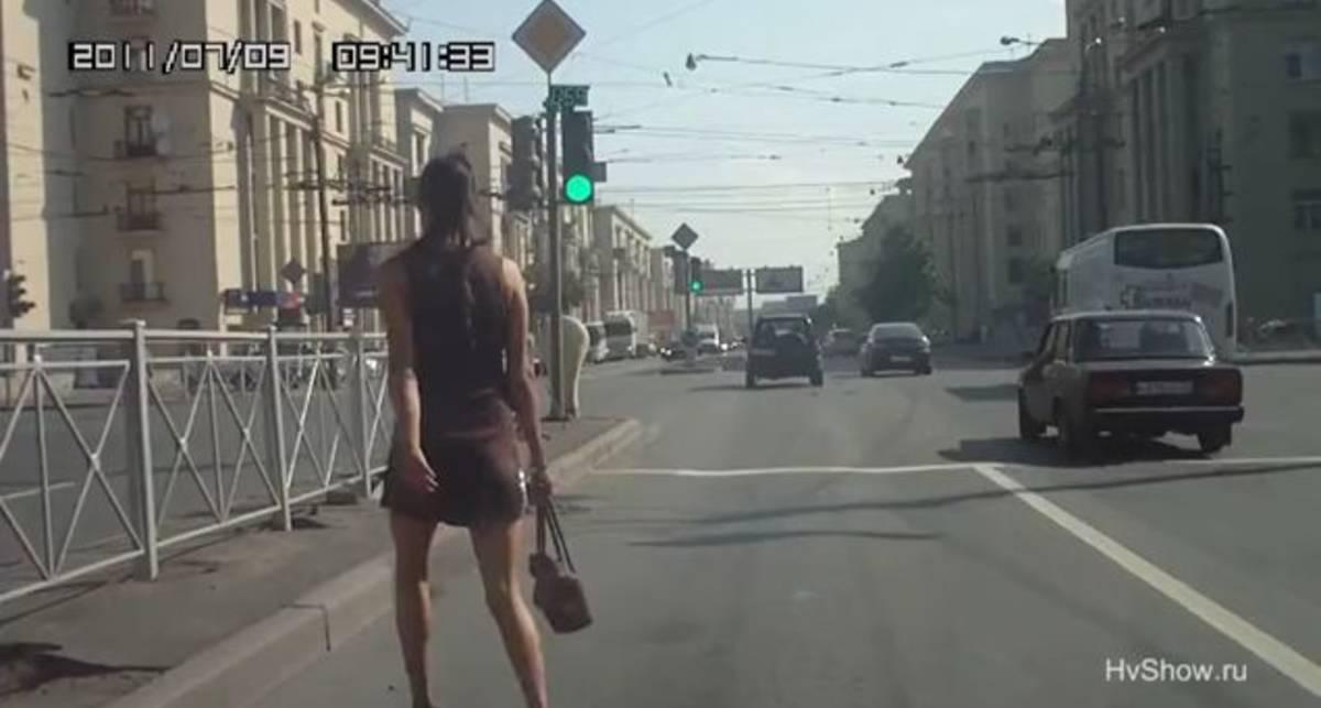Как девушки переходят дорогу