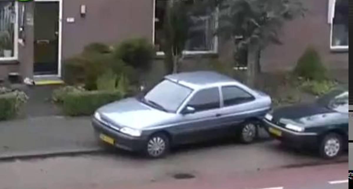 Блондиночка паркуется
