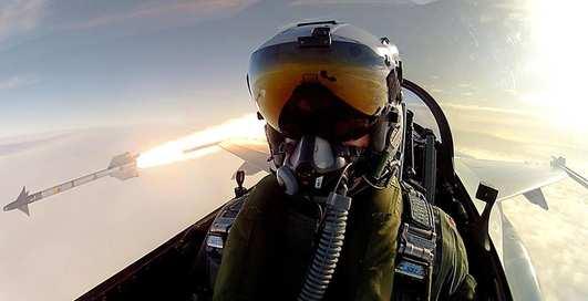 Пилот F-16 сделал селфи во время запуска ракеты