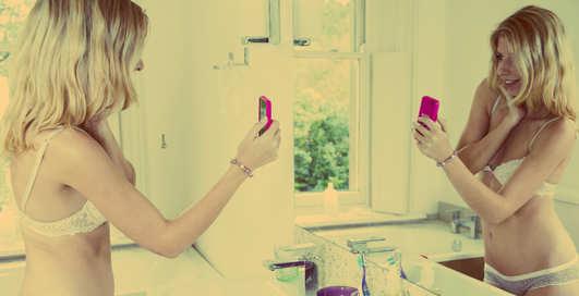Сексуальные девушки фотографируются в зеркале