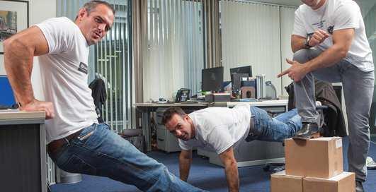 Как накачаться на рабочем месте