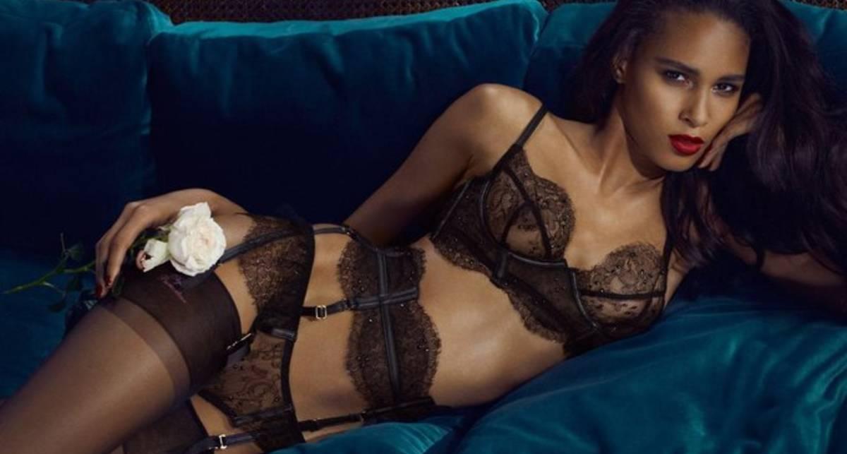 Две британские красотки разделись в рекламе белья
