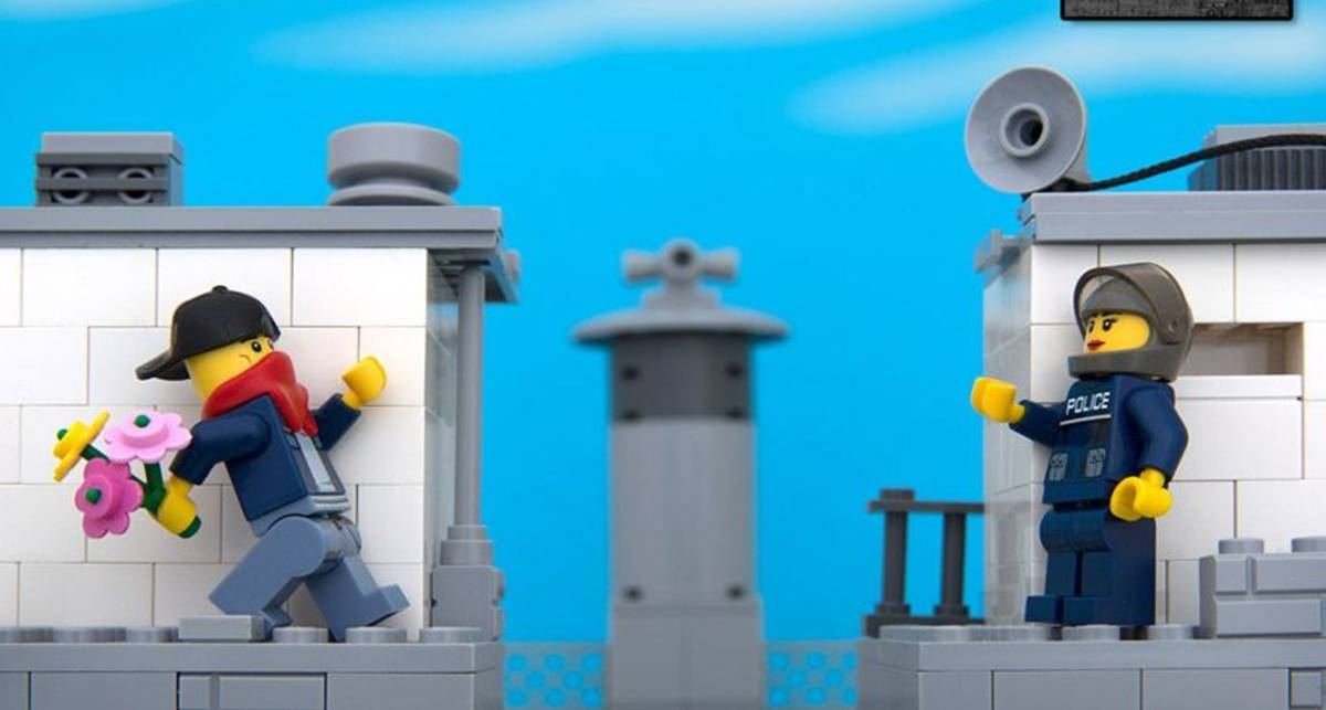 Граффити Бэнкси воссоздали из фигурок Lego