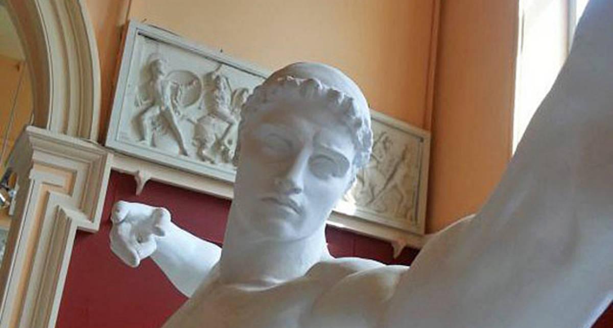 Вечная классика: скульптуры делают селфи