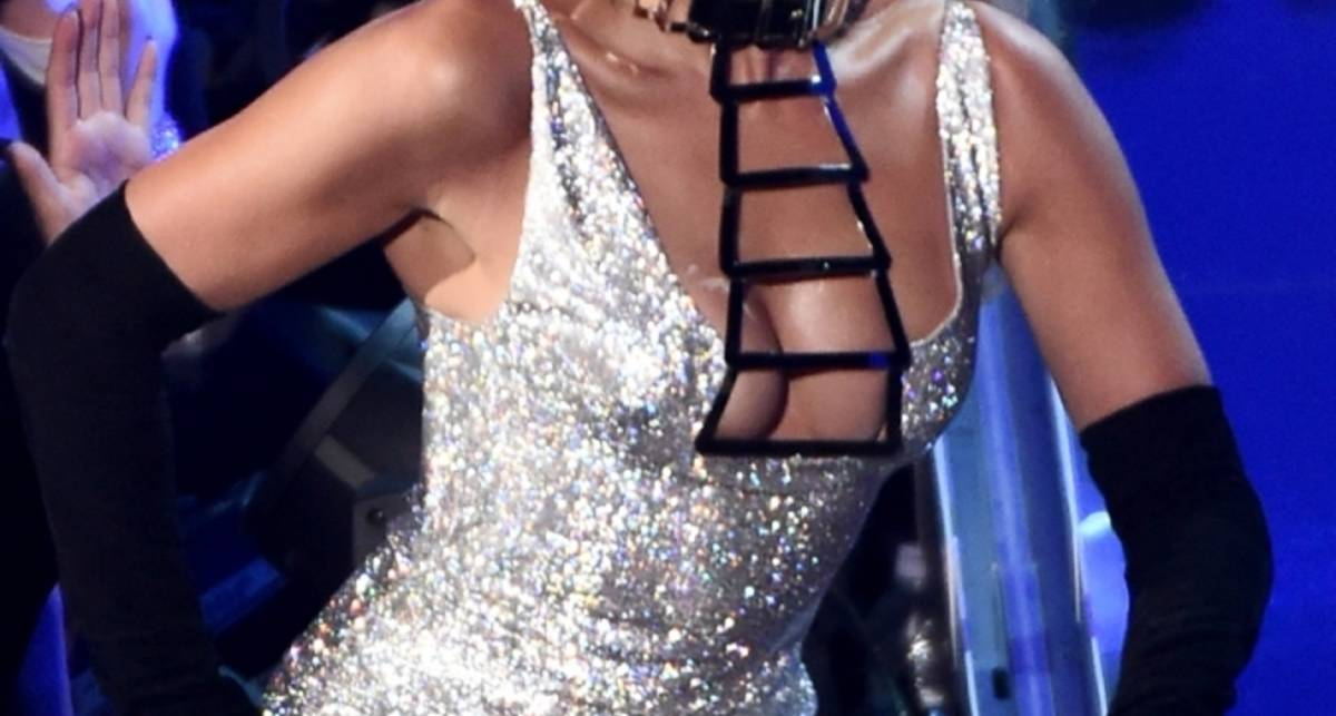 Fashion Rocks: Дженнифер Лопес показа тылы моде