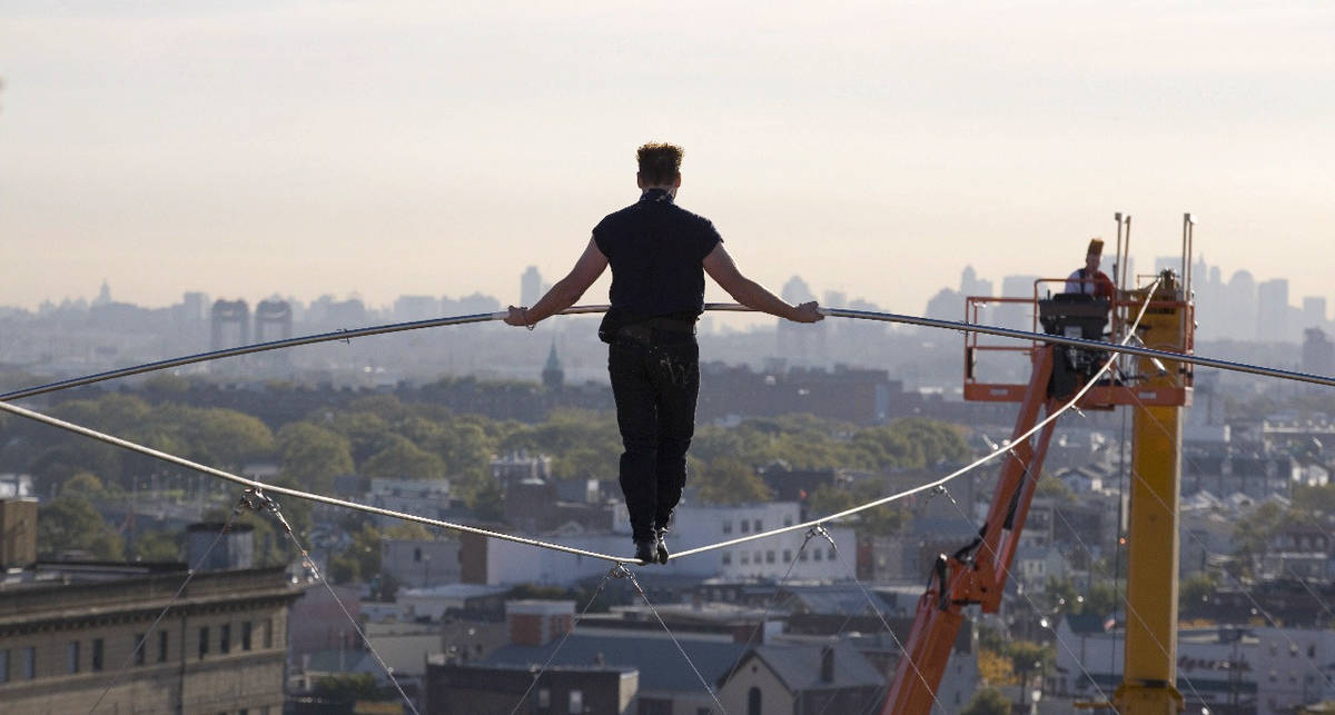 На высоте 50-этажки: жуткий рекорд Ника-канатоходца