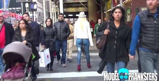 Без штанов по Нью-Йорку: модель гуляла по городу в...