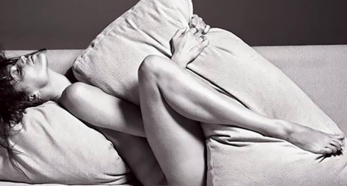 Лежа на диване: Летиция Каста снялась для...