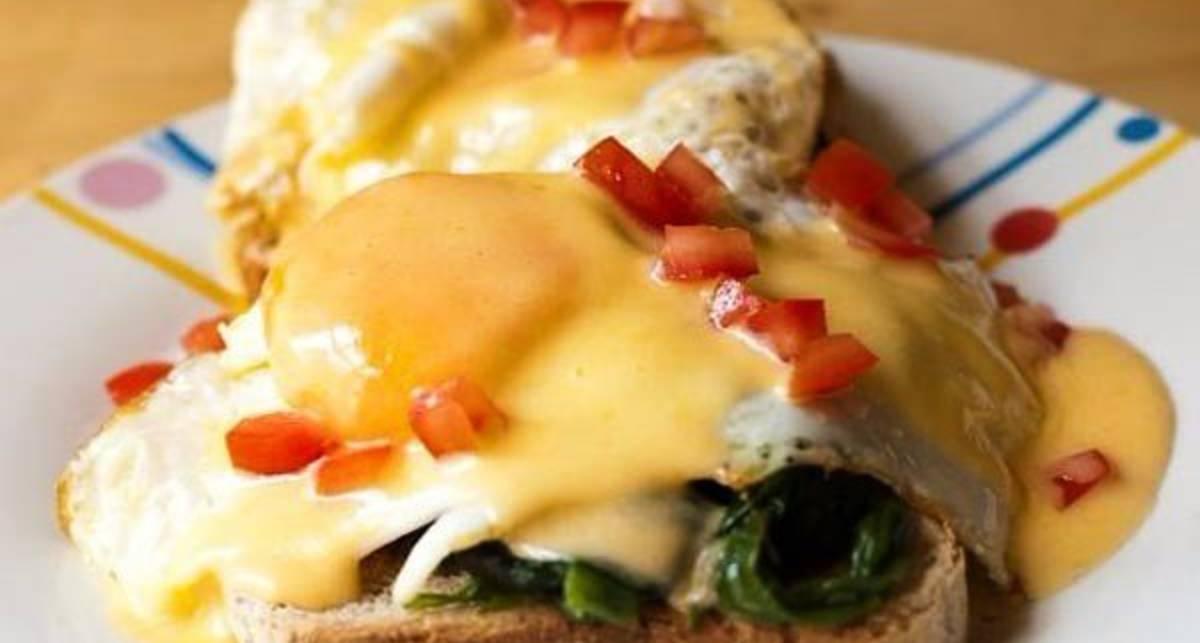 Мужской завтрак: яйца по-флорентийски и классический песто