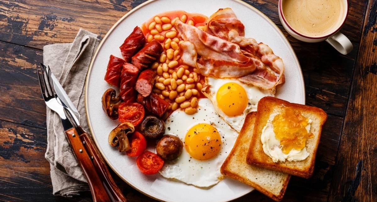 Мужской завтрак: запеченные колбаски с яйцами