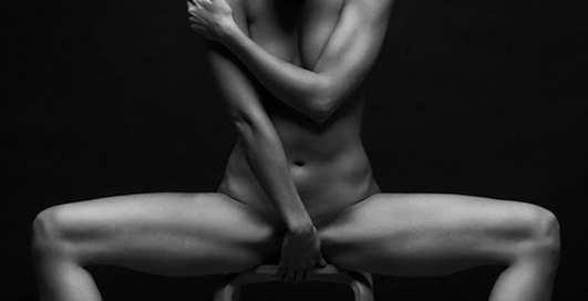 Йога и эротика: откровенные фото модели в неглиже