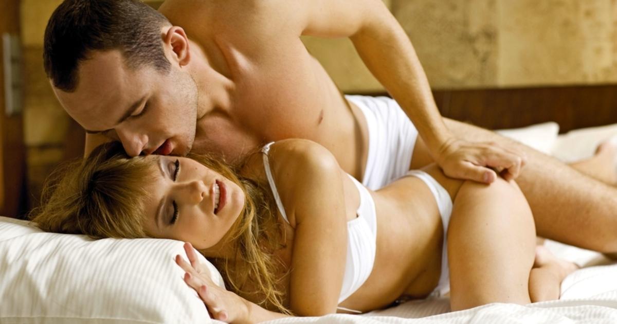 парень и девушка занимаются сексом на кровати