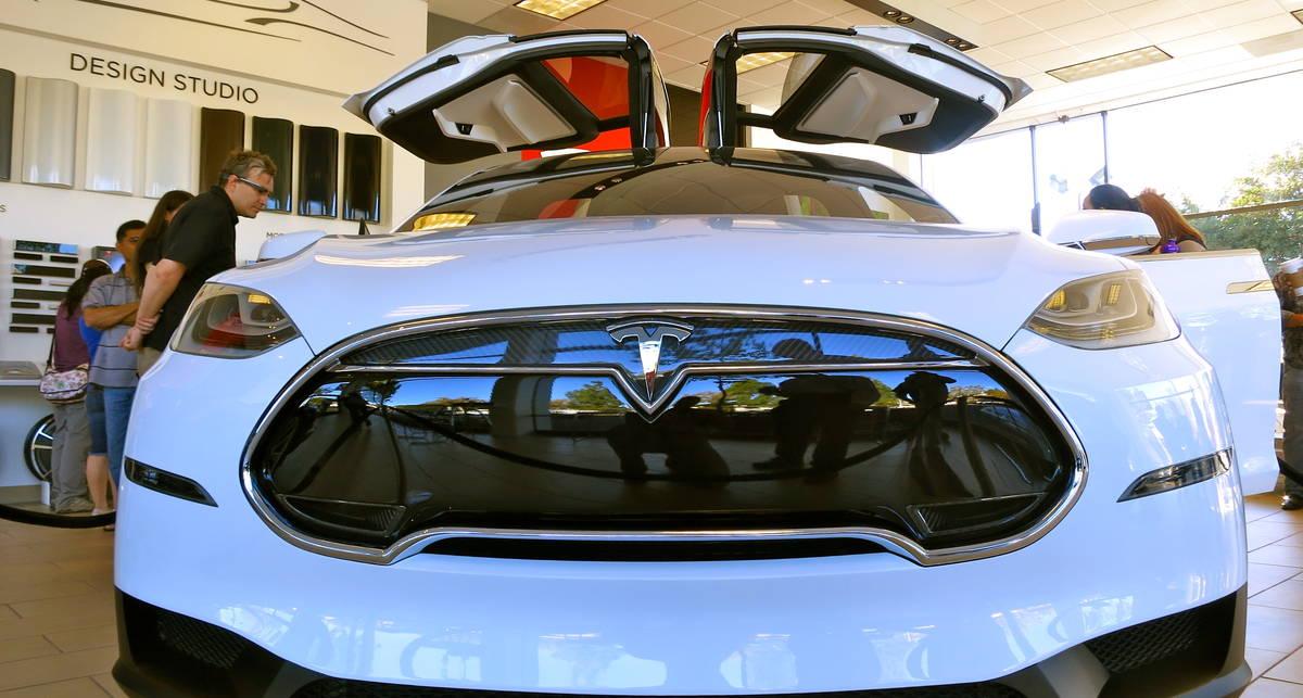 Кар для всех: Tesla представили новенький Model X