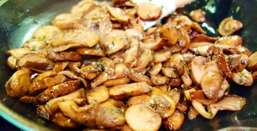 Мужской рецепт: курица в грибах, запеченная с апельсинами
