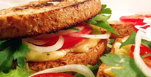Как поднять настроение: 5 горячих бутербродов