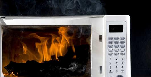Чего не стоит класть в микроволновку: 10 опасных вещей