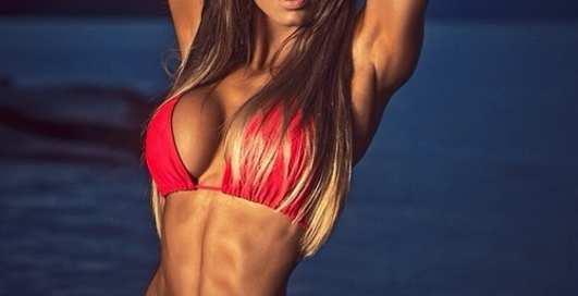 Красотка дня: бразильская фитнес-модель Кэрол Сараива