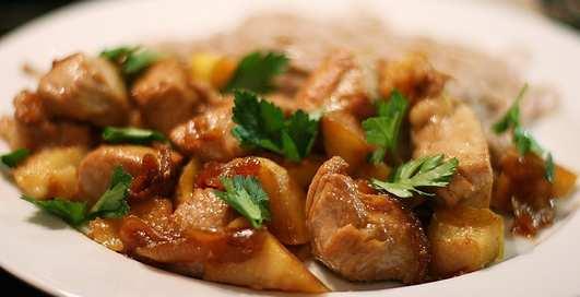 Еда для рельефа мышц: индейка с яблоками и луком