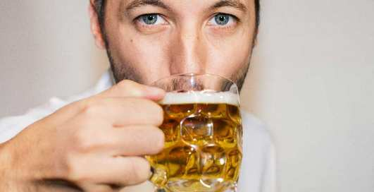 Начал пить с самого утра: три способа дожить до вечера