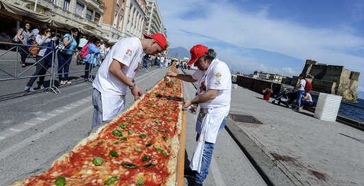 Итальянцы испекли пиццу длиной 2 километра