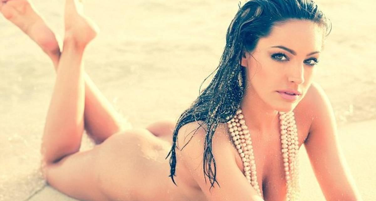 Келли Брук: одним ожерельем такую грудь не прикрыть