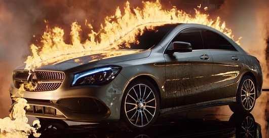 Сожгли Mercedes: реклама с огнем и сексуальными моделями