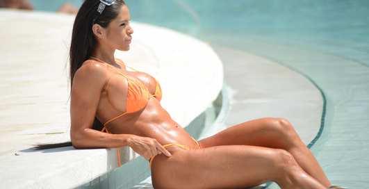 День бикини: эротические фото красоток в купальниках