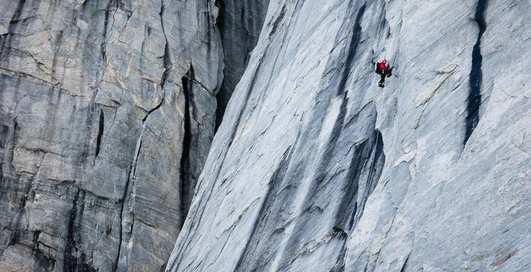 Эсктрим с холодком: немец покорил 500-метровую ледяную вершину