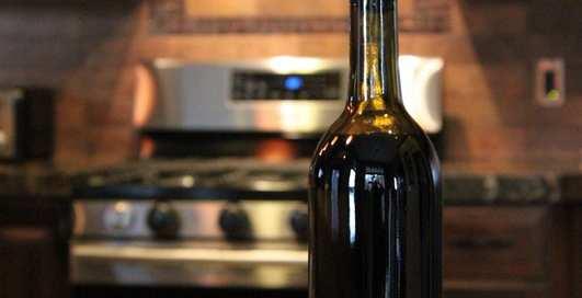 Интеллигентный способ лакать вино прямо из бутылки