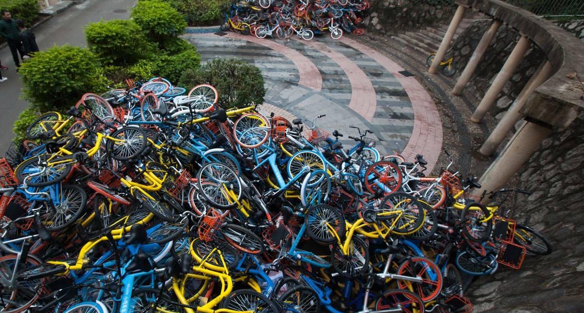 Велосипедные свалки, разбросанные по улицам Китая