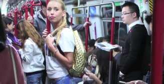 Милая блондинка без штанов на улицах Гонконга
