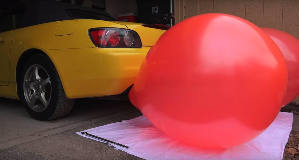 Автошалости: надувной шар привязали к выхлопной трубе Honda S2000