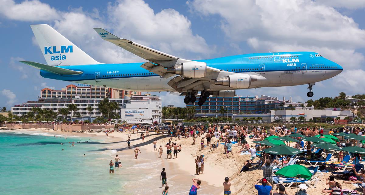 Селфи на фоне летящих самолетов: как отдыхают на пляже Махо