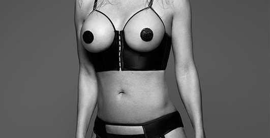 """49-летняя """"спасательница Малибу"""" прихвастнула обнаженным бюстом"""