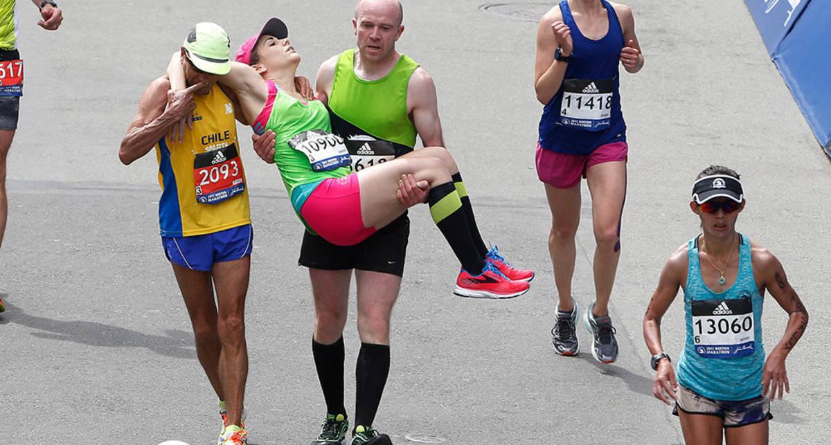 Бостонский марафон: 6 эпик-кадров с бегунами, помогающими друг другу