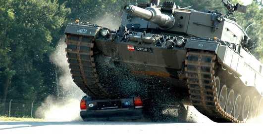 Тачка всмятку: танк Leopard 2 против автомобиля