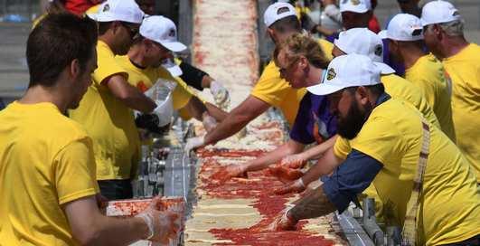 2-километровая пицца: в США испекли новый рекорд