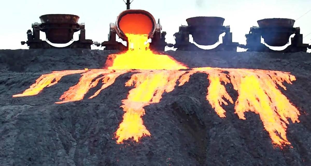 Лава шлака: кадры с раскаленным металлом, стекающим на помойку
