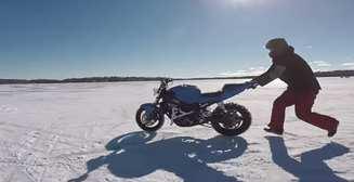 Эпичное видео: байк-беспилотник удирает от мотоциклиста